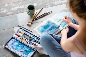 teen painting in an art therapy program in Utah